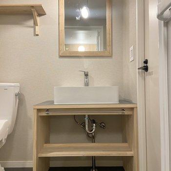 角のある洗面ボウルがスッキリとした印象。オープンタイプの収納も使いやすそう!