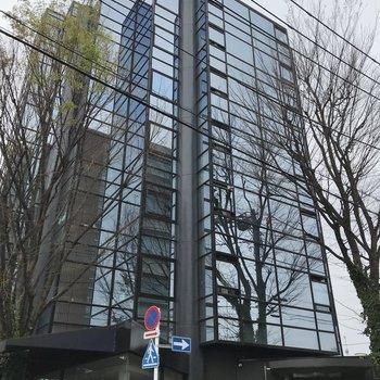 1階にお店が入った建物です。