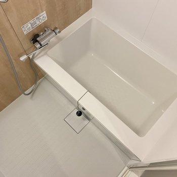 洗い場もゆったり、シンプルなバスタブがお気に入り。