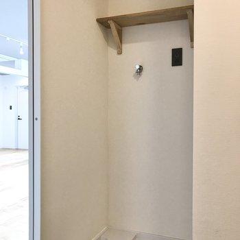洗濯機置き場上の棚には洗剤などを置いて。※写真は7階の似た間取り、別部屋のもの