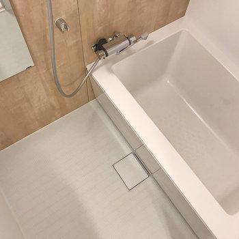 木目調のボードのスッキリしたお風呂。※写真は7階の似た間取り、別部屋のもの