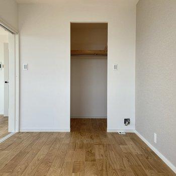 【洋室】こちら側はオープンタイプの収納になっています。