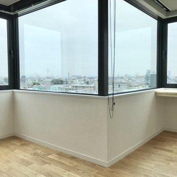 窓が4面も!※写真は7階の似た間取り、別部屋のもの