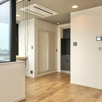エアコンは天井に埋め込みタイプでスッキリと。※写真は7階の似た間取り、別部屋のもの