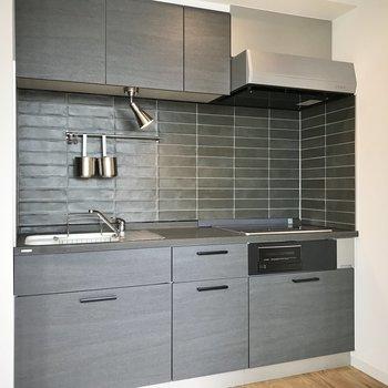 シックでかっこいいキッチン。※写真は7階の似た間取り、別部屋のもの