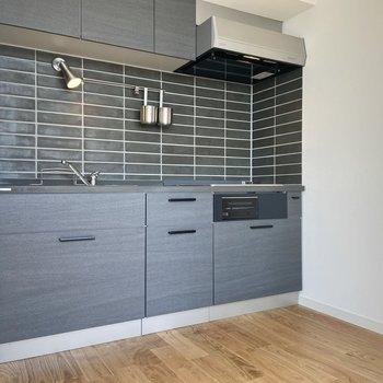 【LDK】キッチンはシックなブラックでまとめられています。
