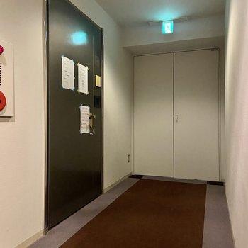 エレベーターを降りて振り返ると突き当たりのお部屋です。