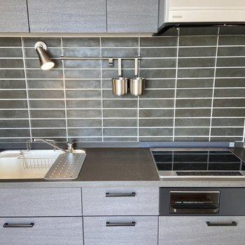 【LDK】キッチンツールの収納などに役立つバーに、手元を照らすスポットライトも活躍しそう!