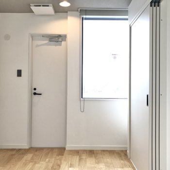 寝室からは小さいバルコニーにでれます。※写真は7階の似た間取り、別部屋のもの