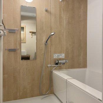 バスルームは木目調です。雨の日や花粉の時期に嬉しい浴室乾燥もついています。