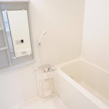 お風呂は左に。収納が充実しています。 (※写真は8階の反転間取り別部屋のものです)