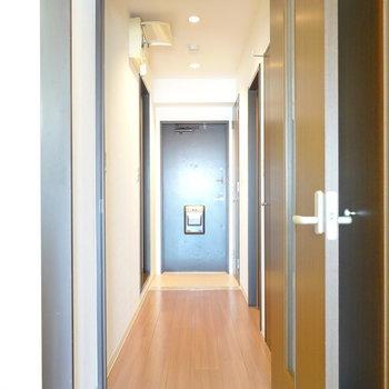 廊下に出て左に脱衣所、右にトイレ。 (※写真は8階の反転間取り別部屋のものです)
