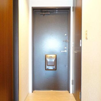 玄関は廊下の奥、脱衣所のすぐ隣に。 (※写真は8階の反転間取り別部屋のものです)
