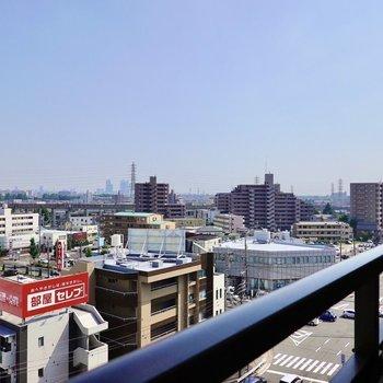 右側には名古屋駅のビル群を望めますよ。 (※写真は8階の別部屋からの眺望です)
