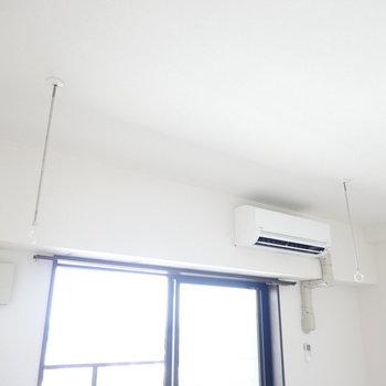 窓の手前には室内用の竿受けがあるので、部屋干しも手軽にできますね。 (※写真は8階の反転間取り別部屋のものです)