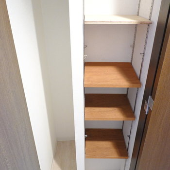 右側の扉を開けると靴箱。こちらも可変棚とフリースペースのハイブリッドです。 (※写真は8階の反転間取り別部屋のものです)