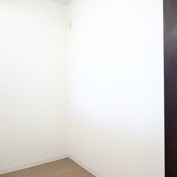 背面側のスペースには冷蔵庫もその他のキッチン家電もスッキリ収められそう。 (※写真は8階の反転間取り別部屋のものです)