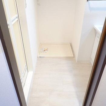 脱衣所はひとりでゆったり使える広さ。正面に洗濯機置場。 (※写真は8階の反転間取り別部屋のものです)