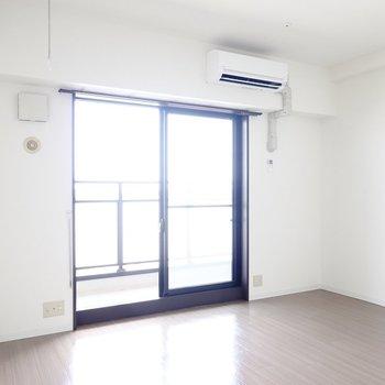 居室は約13帖。窓の前からも素敵な眺めが見えますよ。 (※写真は8階の反転間取り別部屋のものです)
