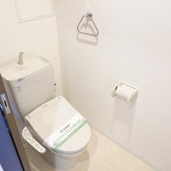 トイレは嬉しいウォシュレット付き◎ (※写真は8階の反転間取り別部屋のものです)