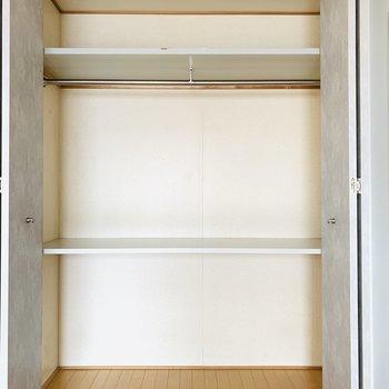 2段に分かれており、上部にはハンガーパイプ。(※写真は6階の反転間取り別部屋、清掃前のものです)