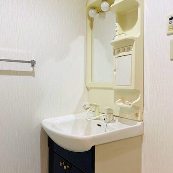 右手には洗面所。(※写真は6階の反転間取り別部屋、清掃前のものです)