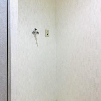 ユーティリティ入って左側は洗濯機置き場。(※写真は6階の反転間取り別部屋、清掃前のものです)