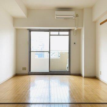 ピカピカのフローリングと開放的な空間。(※写真は6階の反転間取り別部屋、清掃前のものです)
