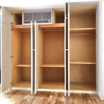 【洋室】こちらは壁一面収納です。使い分けができますね。