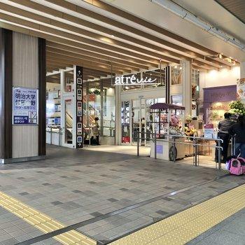 駅中には直結の商業施設があってお買い物にも便利。