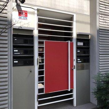 赤い扉が目印です。