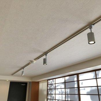 【リビングダイニング】天井にはスポットライトが輝きます。