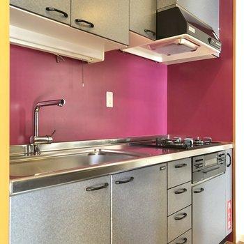 キッチンは鮮やかなワイン色!