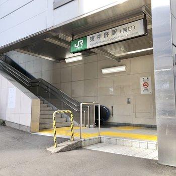 駅の出口は西側が最寄りです。