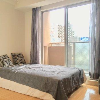 コチラは約5.5帖!ベッドもセミダブルくらいまでならどんとこいっ※写真は3階の反転間取り別部屋、モデルルームのものです