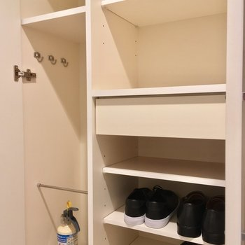 シューズボックスも、ひとり暮らしには充分すぎる?!※写真は3階の反転間取り別部屋、モデルルームのものです