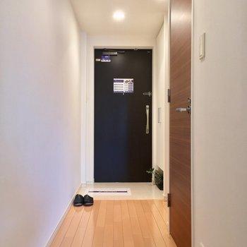 続いては、DKから扉を開けて廊下へ※写真は3階の反転間取り別部屋のものです