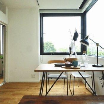 ダイニングテーブルを窓際に※写真は4階の同じ間取り、別部屋のもの