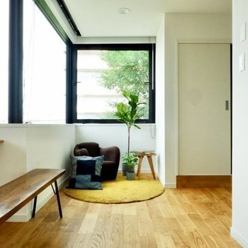 無垢床がすーっと伸びてます※写真は4階の同じ間取り、別部屋のもの