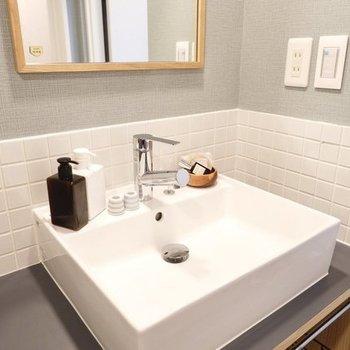 造作の洗面台はタイルが可愛らしい※写真は4階の似た間取り、別部屋のもの