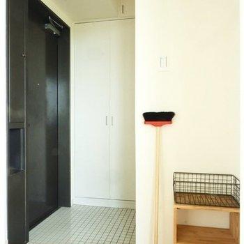 玄関は白いタイルで明るい印象※写真は4階の似た間取り、別部屋のもの