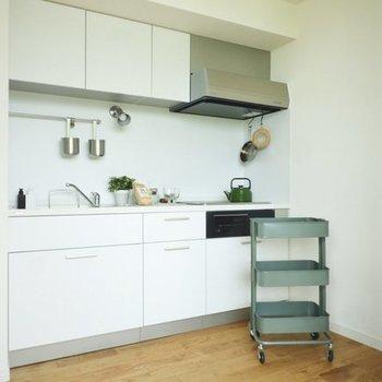 キッチンは白でスッキリと※写真は4階の似た間取り、別部屋のもの