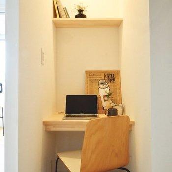 クローゼット内には造作デスク。足元にしっかりコンセントありますよ◎※写真は4階の似た間取り、別部屋のもの。家具はイメージです
