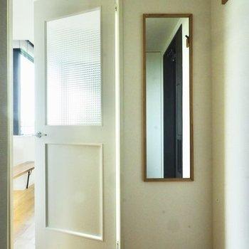玄関にはミラーとコート掛け。便利〜※写真は4階の似た間取り、別部屋のもの