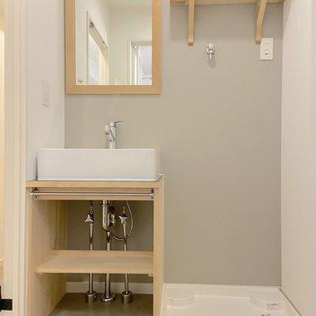 洗面台はシンプルなデザイン。洗濯機はお隣に置くことが出来ます。