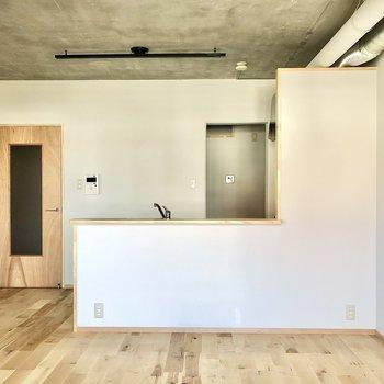 まずは大きな対面式キッチンが映えるダイニング。扉のデザインもお洒落です。