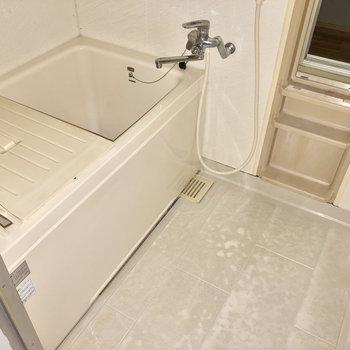 お風呂はちょっぴりレトロ。でもサーモ水栓です(※写真はフラッシュ撮影のものです)