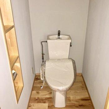 トイレはもちろんウォシュレット付き。棚にはペーパーなど並べて◯(※写真はフラッシュ撮影のものです)