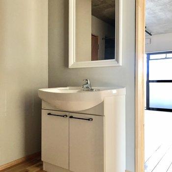 最後はサニタリー。洗面台は玄関入ってすぐ!丸見えだけどお洒落なので問題なさそう。
