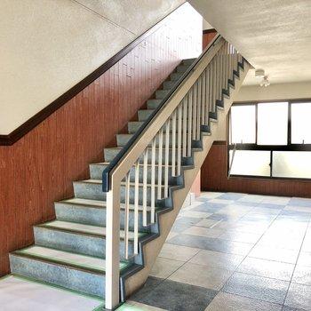 エントランスや共用部分も綺麗でした。2階まで階段ですが登ってすぐですよ!
